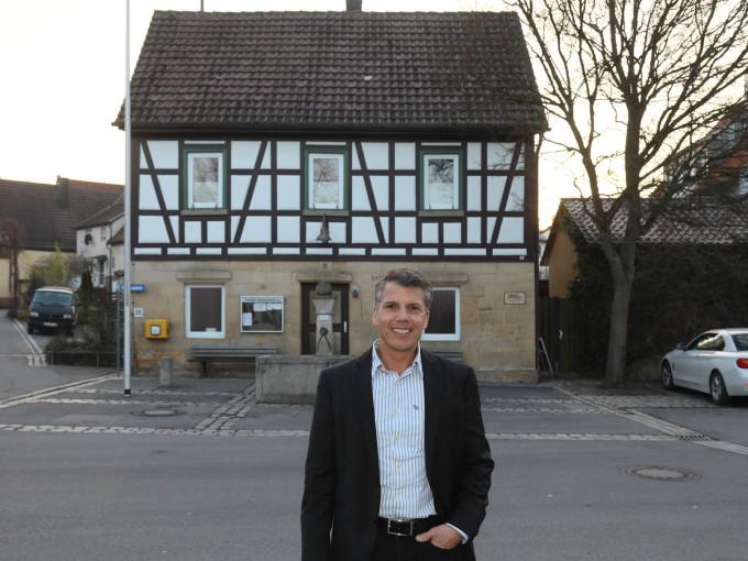 Ortsvorsteher Thomas Müller vor dem Breitensteiner Rathaus